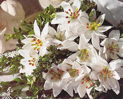 Белые лилии связанные крючком